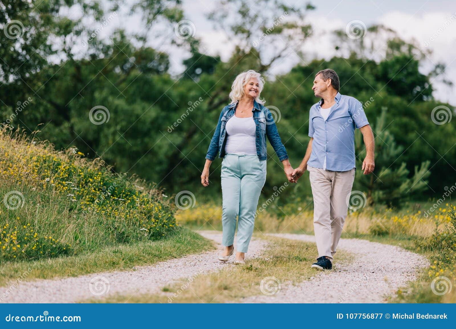 Coppie anziane che camminano sul percorso