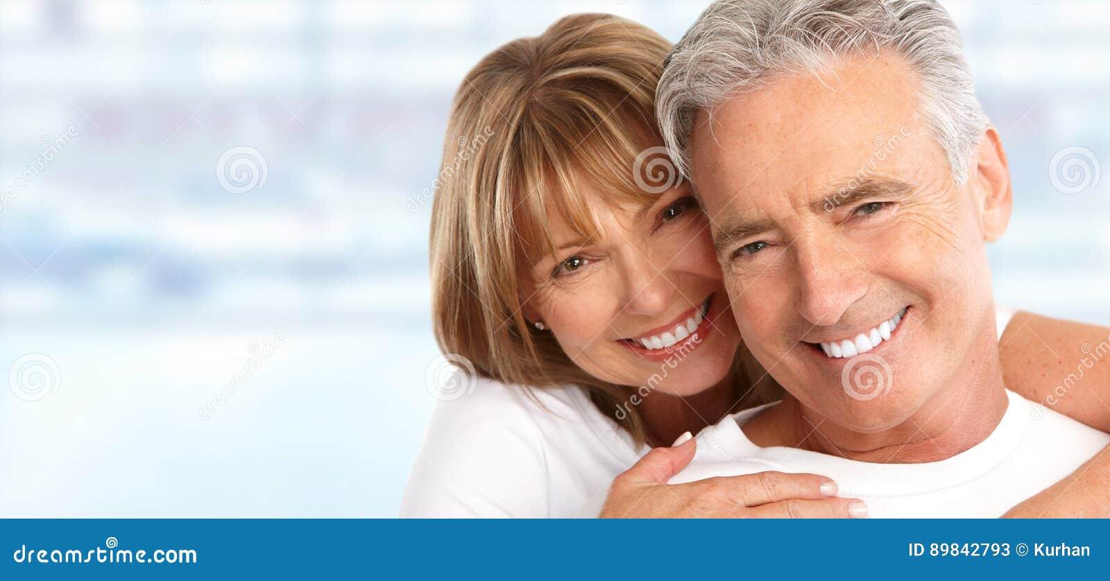 Coppie anziane con i denti bianchi
