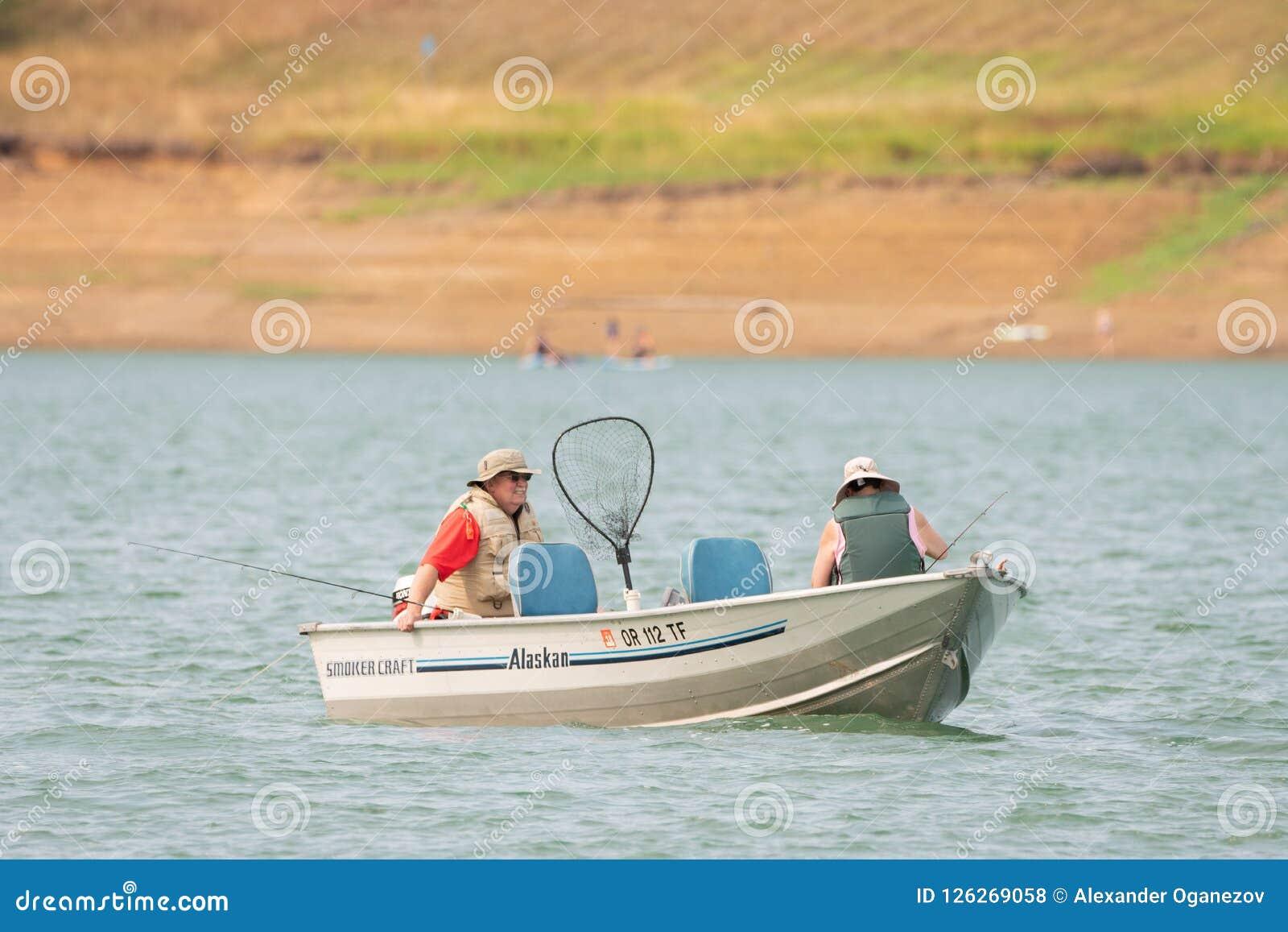 Coppie anziane sulla pesca di lago