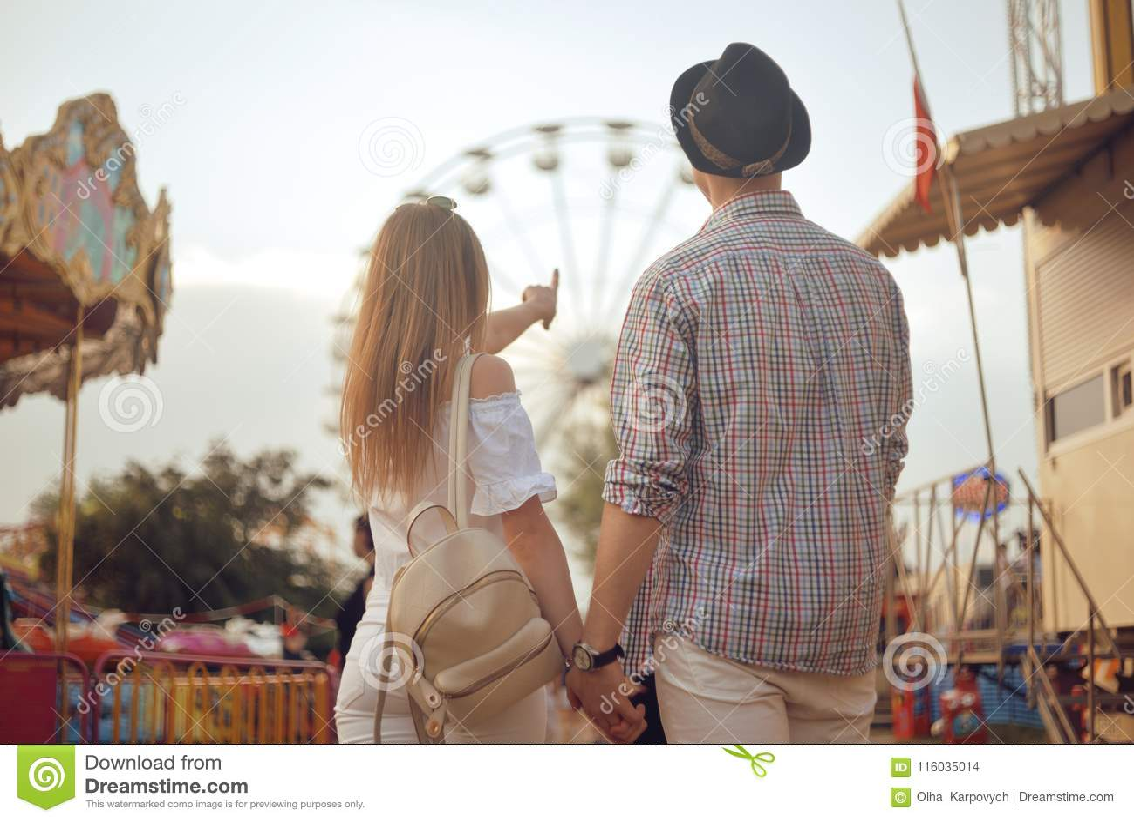 Coppie belle e giovani divertendosi ad un parco di divertimenti Concetto del parco a tema di amore di rilassamento di datazione d
