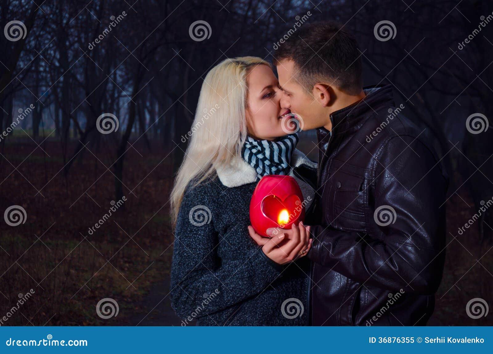 Download Coppie Che Baciano Alla Notte Immagine Stock - Immagine di parco, coppie: 36876355