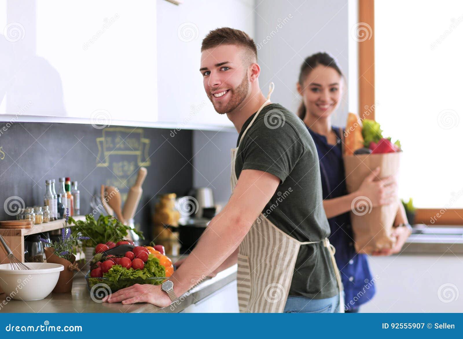 Coppie che cucinano insieme nella loro cucina a casa