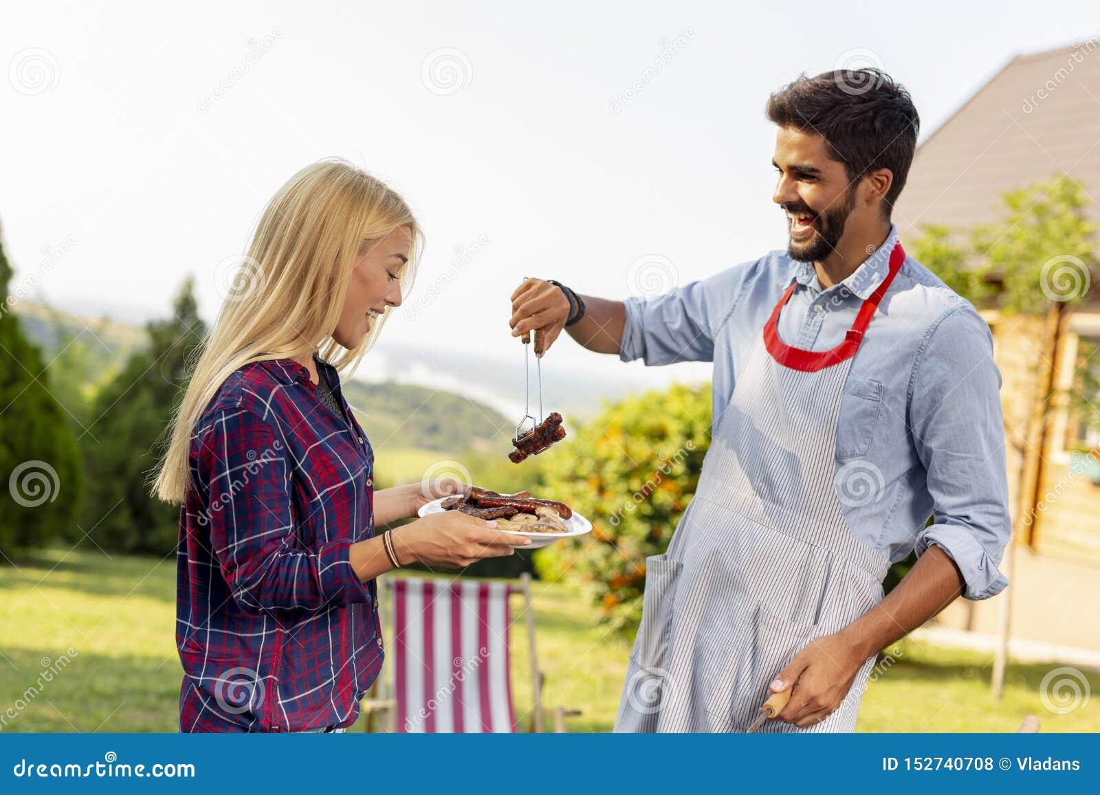 Coppie che fanno barbecue