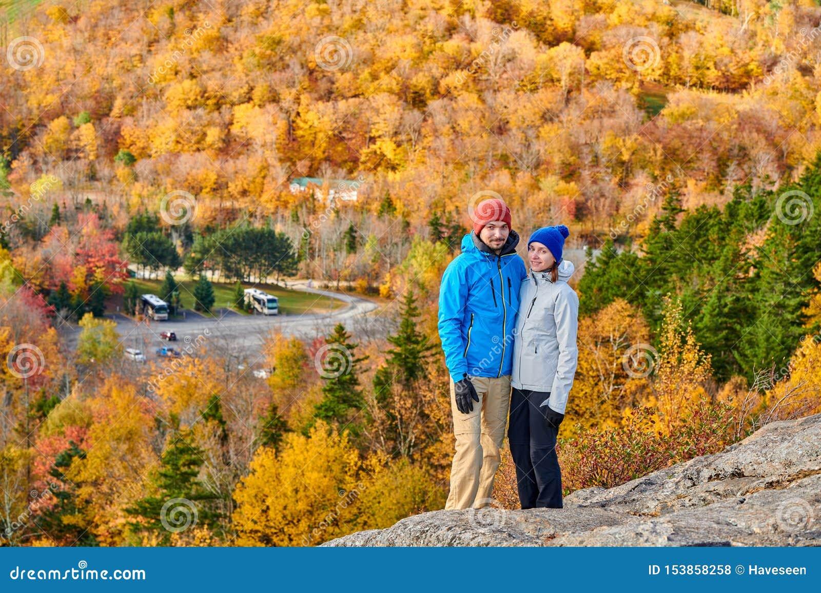 Coppie che fanno un escursione al bluff dell artista in autunno