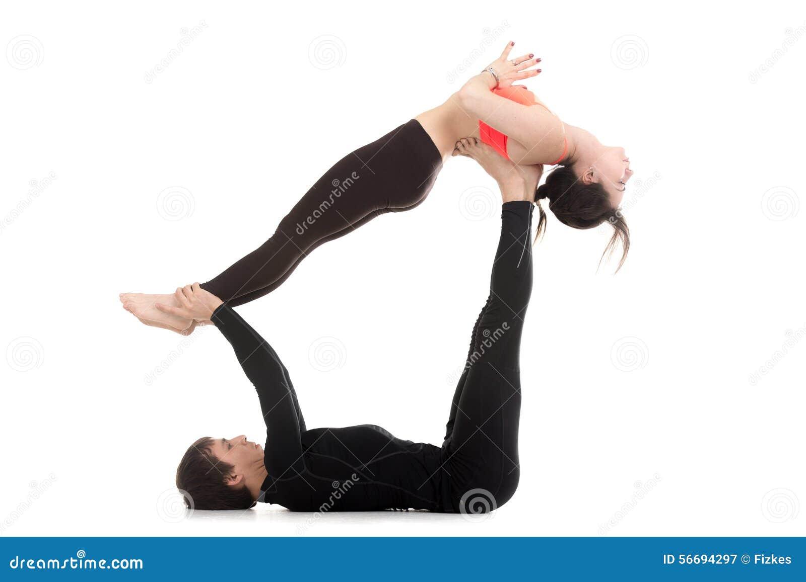 Molto Gli Yogi Si Accoppiano Nelle Pose Orientate Verso Il Basso Del  QR99