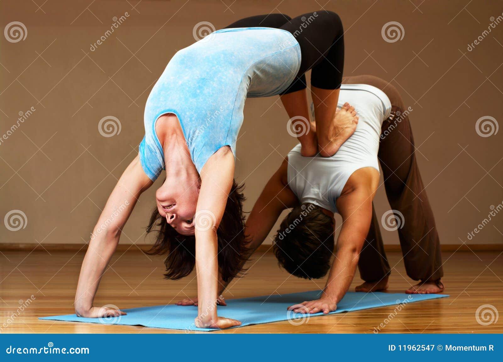 Coppie Che Fanno Yoga Di Pratica Fotografia Stock Libera