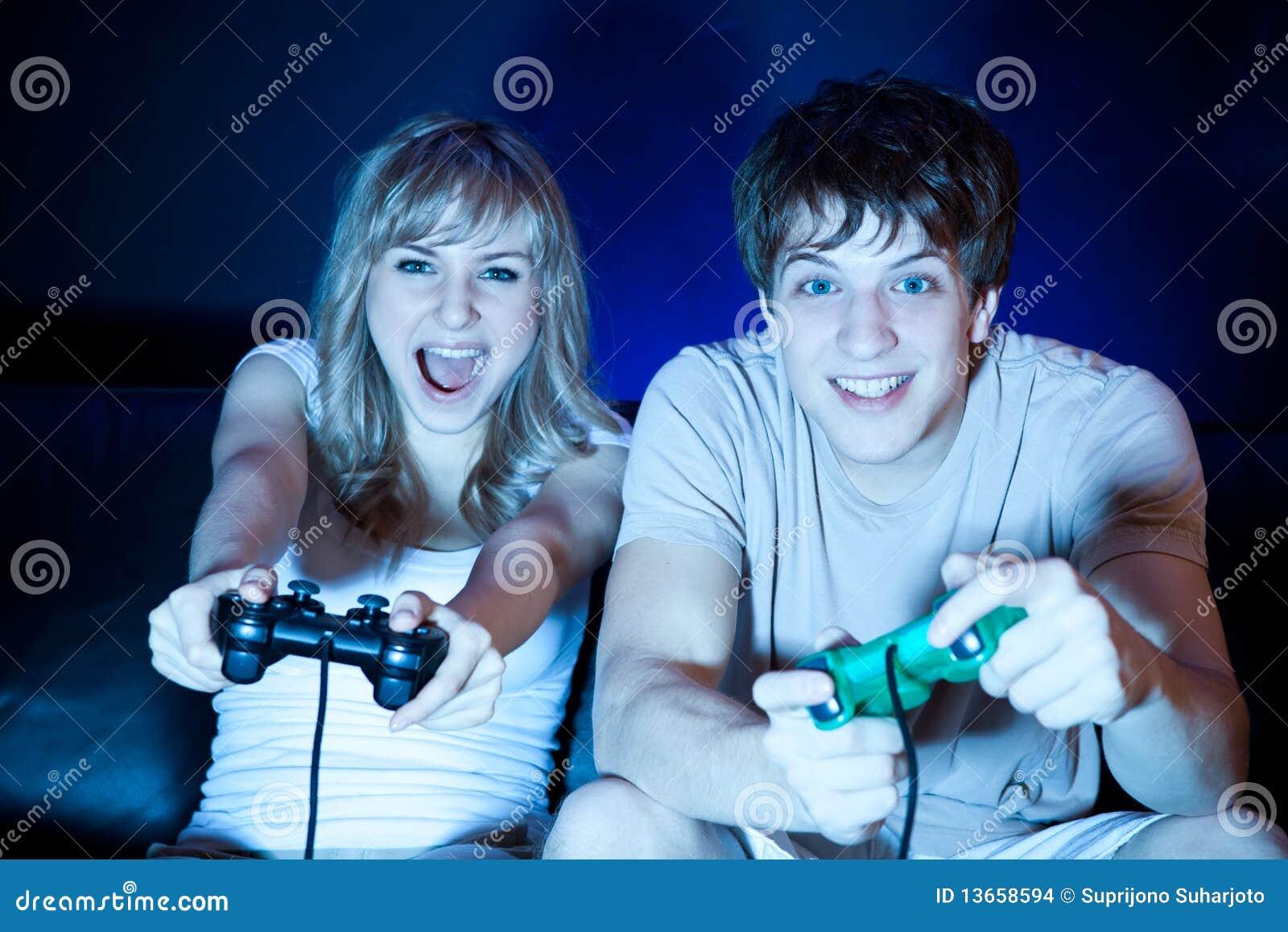 Coppie che giocano i video giochi