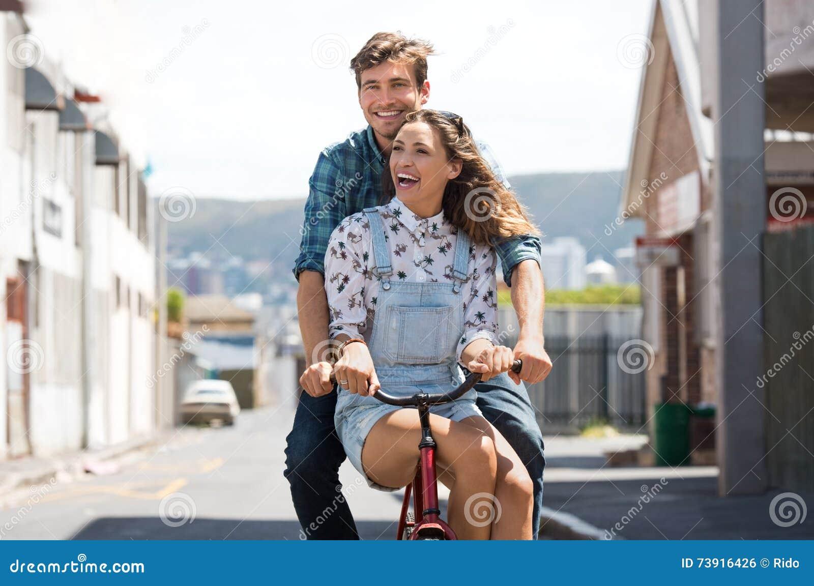 Coppie che godono del giro della bicicletta
