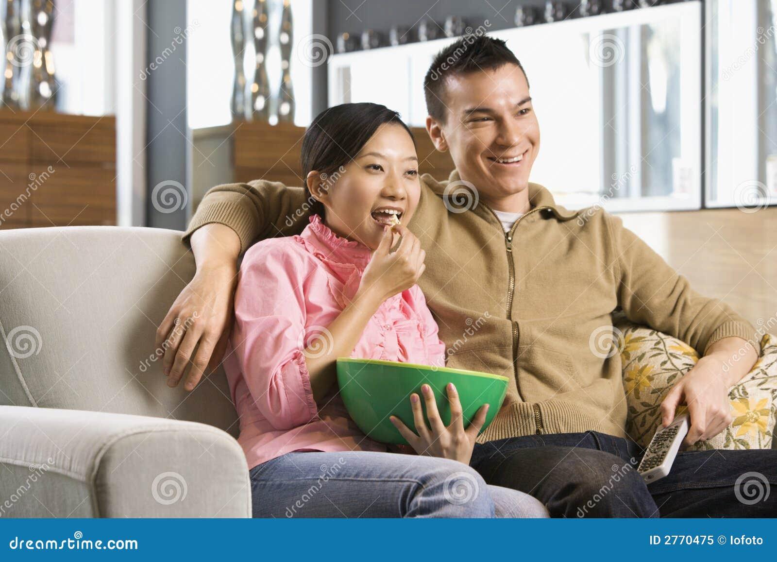 Coppie che guardano TV.