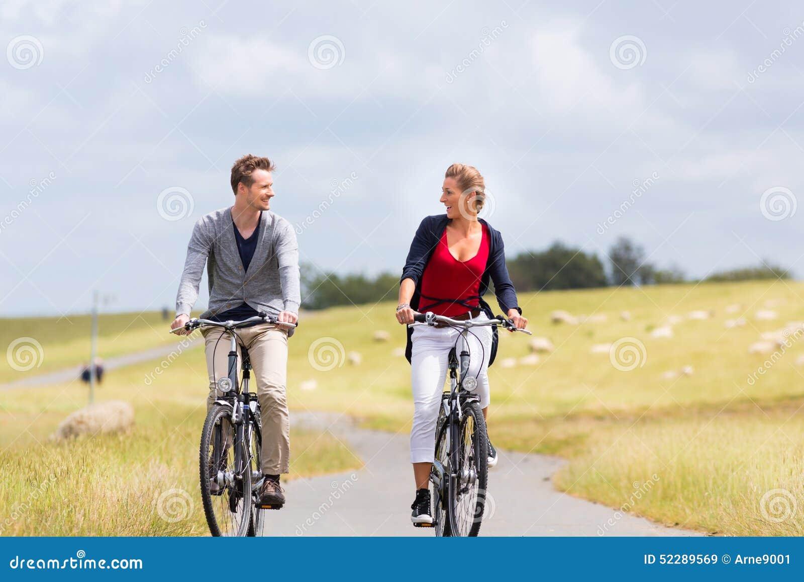 Coppie Che Hanno Percorso In Bicicletta Della Costa Di Mare All