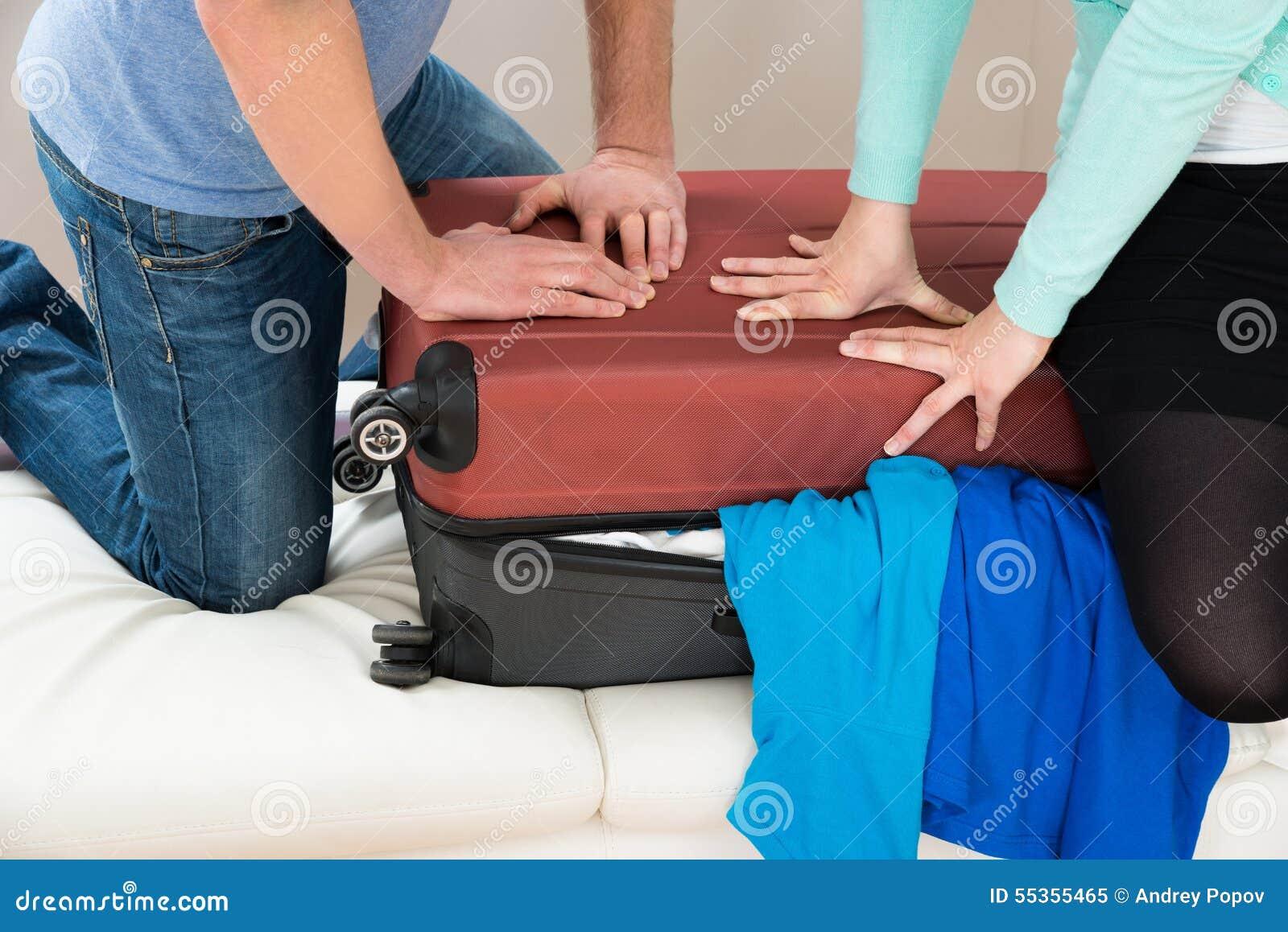 Coppie che imballano insieme bagagli