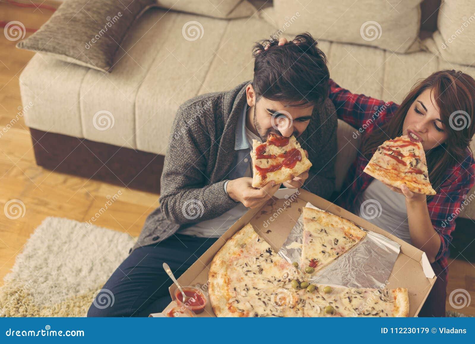Pranzo Per Marito : Coppie che mangiano pizza per pranzo immagine stock immagine di