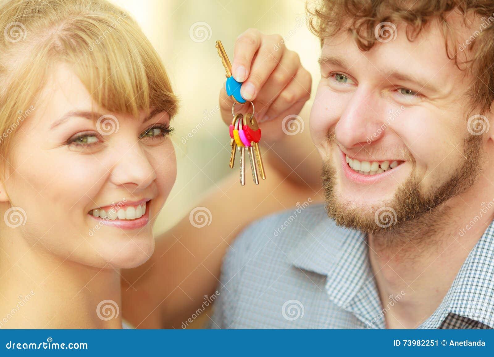 Coppie che mostrano le loro chiavi della nuova casa