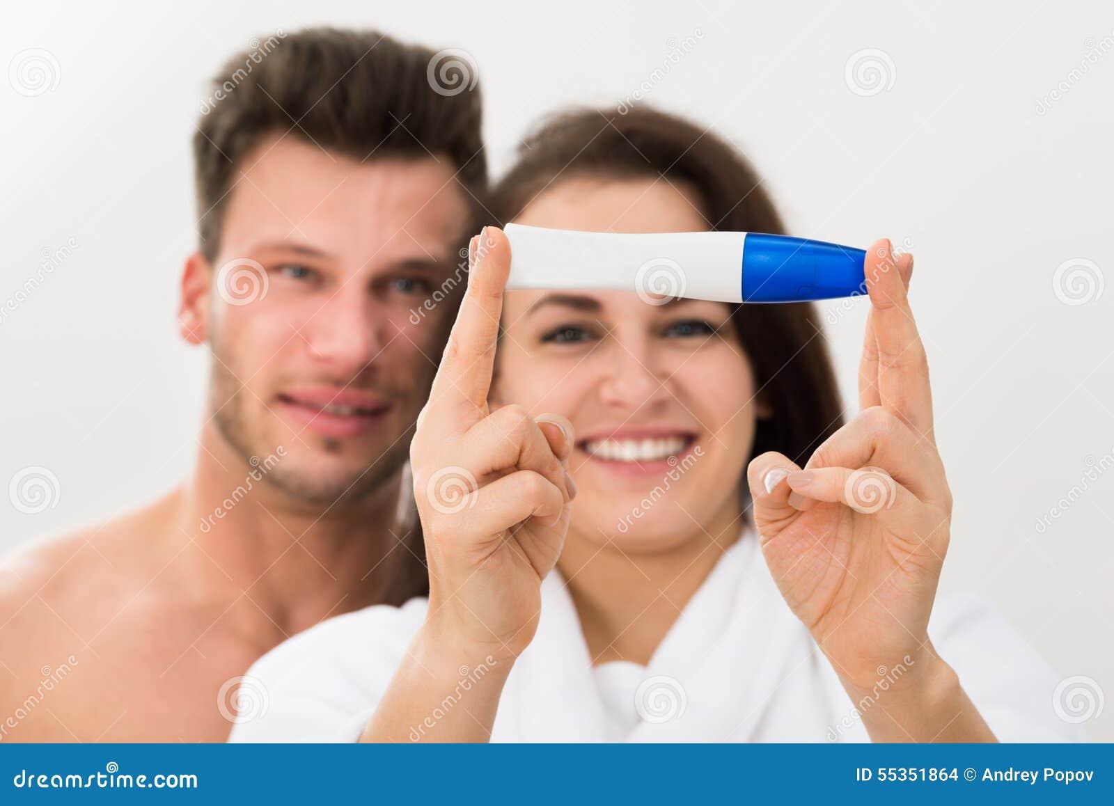 Coppie che mostrano test di gravidanza positivo