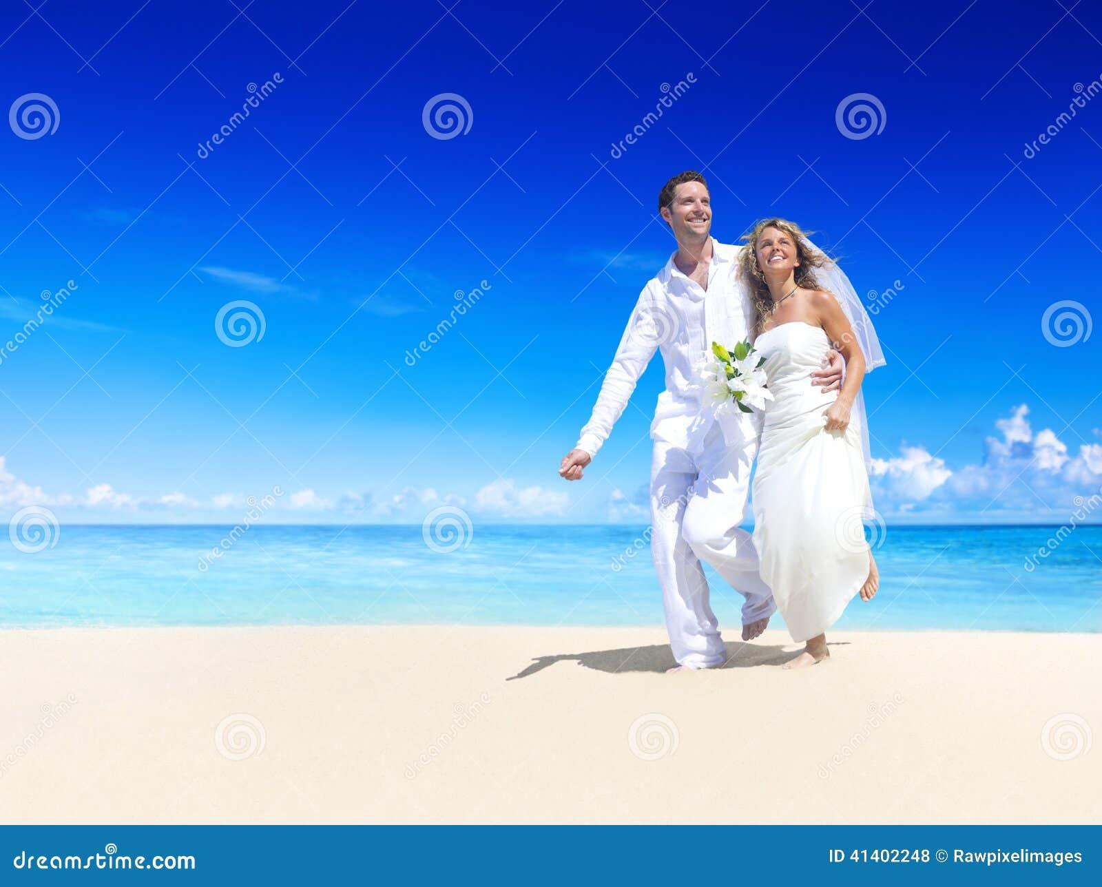 Matrimonio Sulla Spiaggia Puglia : Coppie che ottengono matrimonio sulla spiaggia fotografia