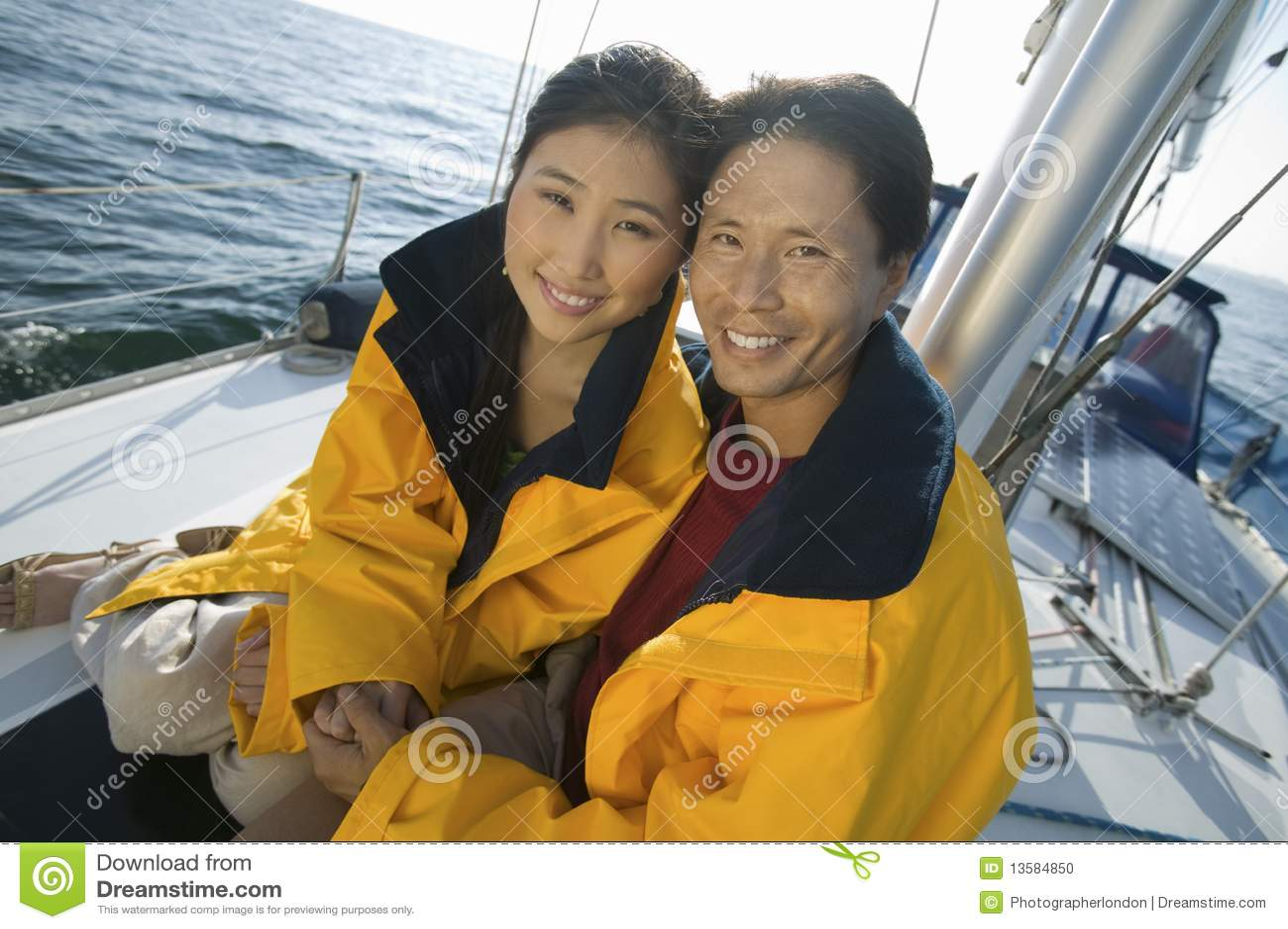 A Le Fotografia Portano Vento Coppie Gialle Giacche Che Sull'yacht wTIHEqR