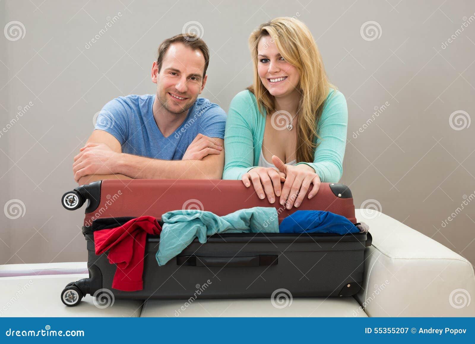 Coppie che si appoggiano valigia