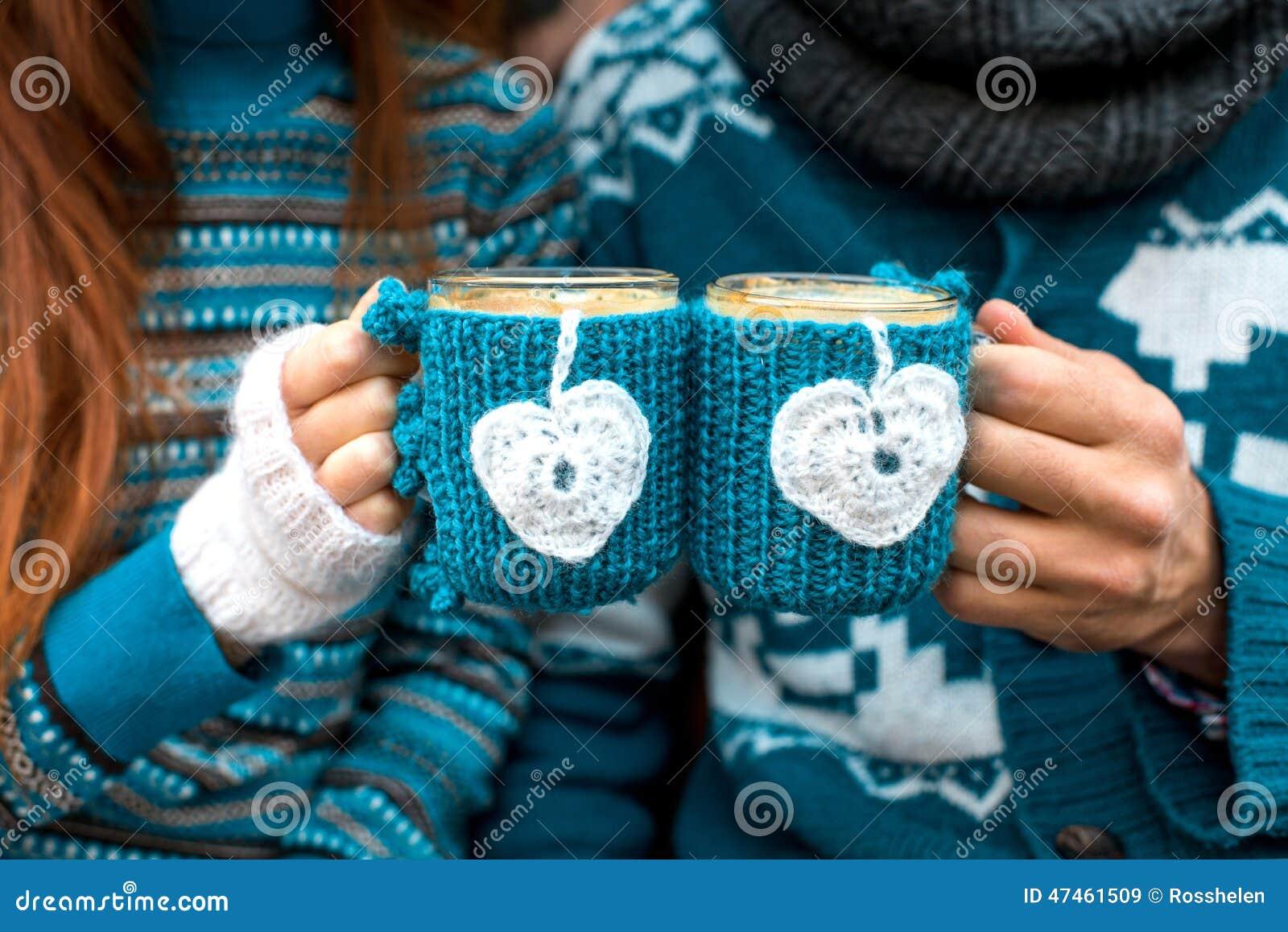 Coppie con le tazze di caffè nell inverno