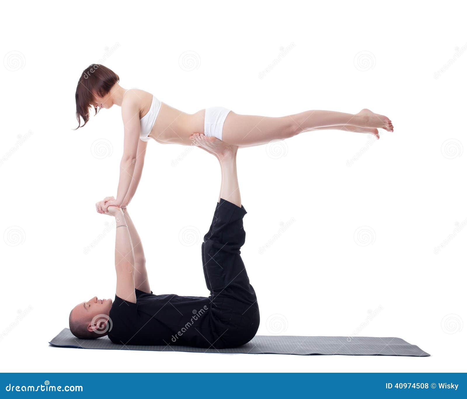 Molto Coppie Degli Istruttori Di Yoga Che Praticano Nello Studio  QG95