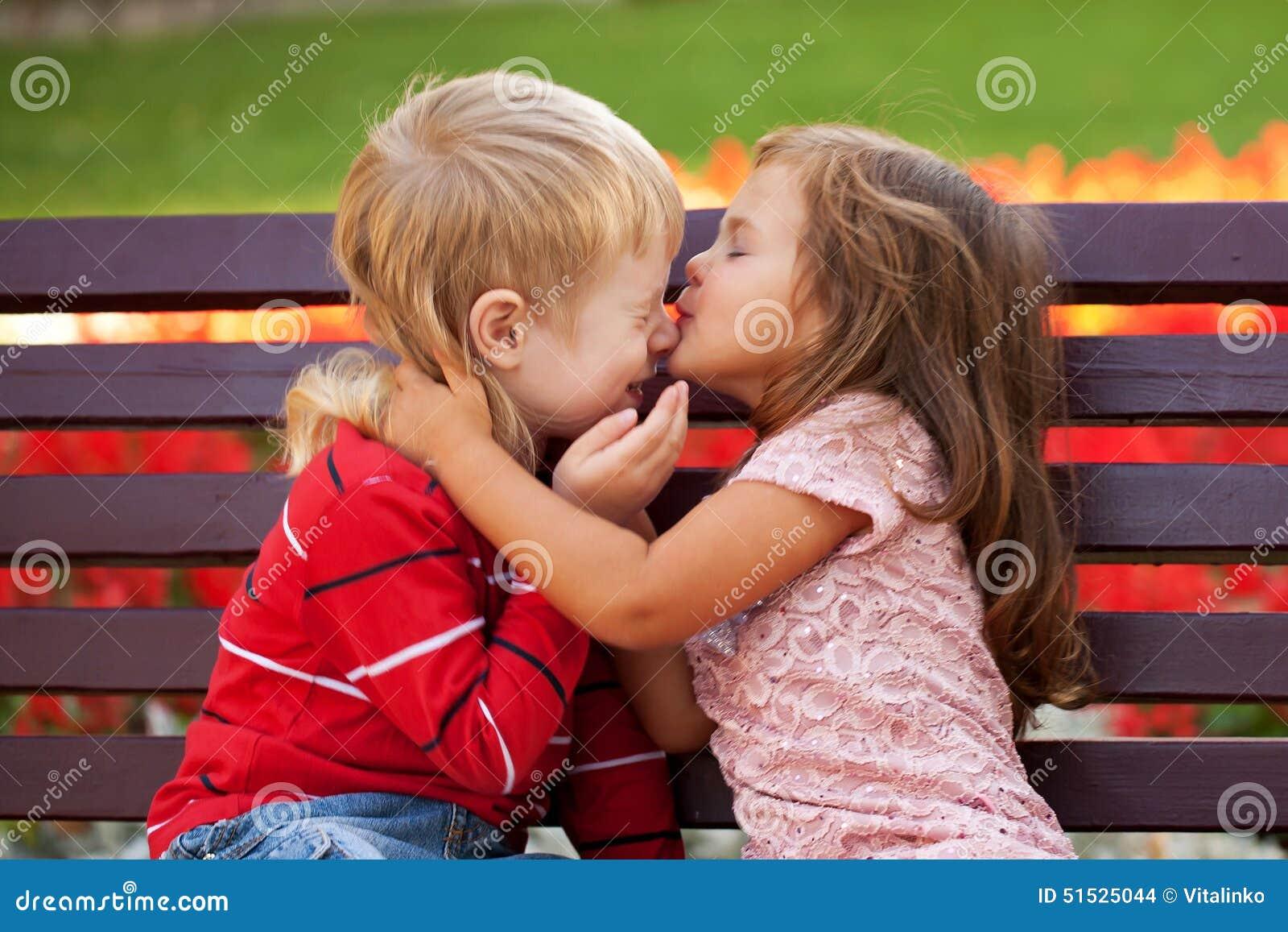 a37854ec33 Concetto di amore Coppie dei bambini che si amano che abbraccia e che bacia