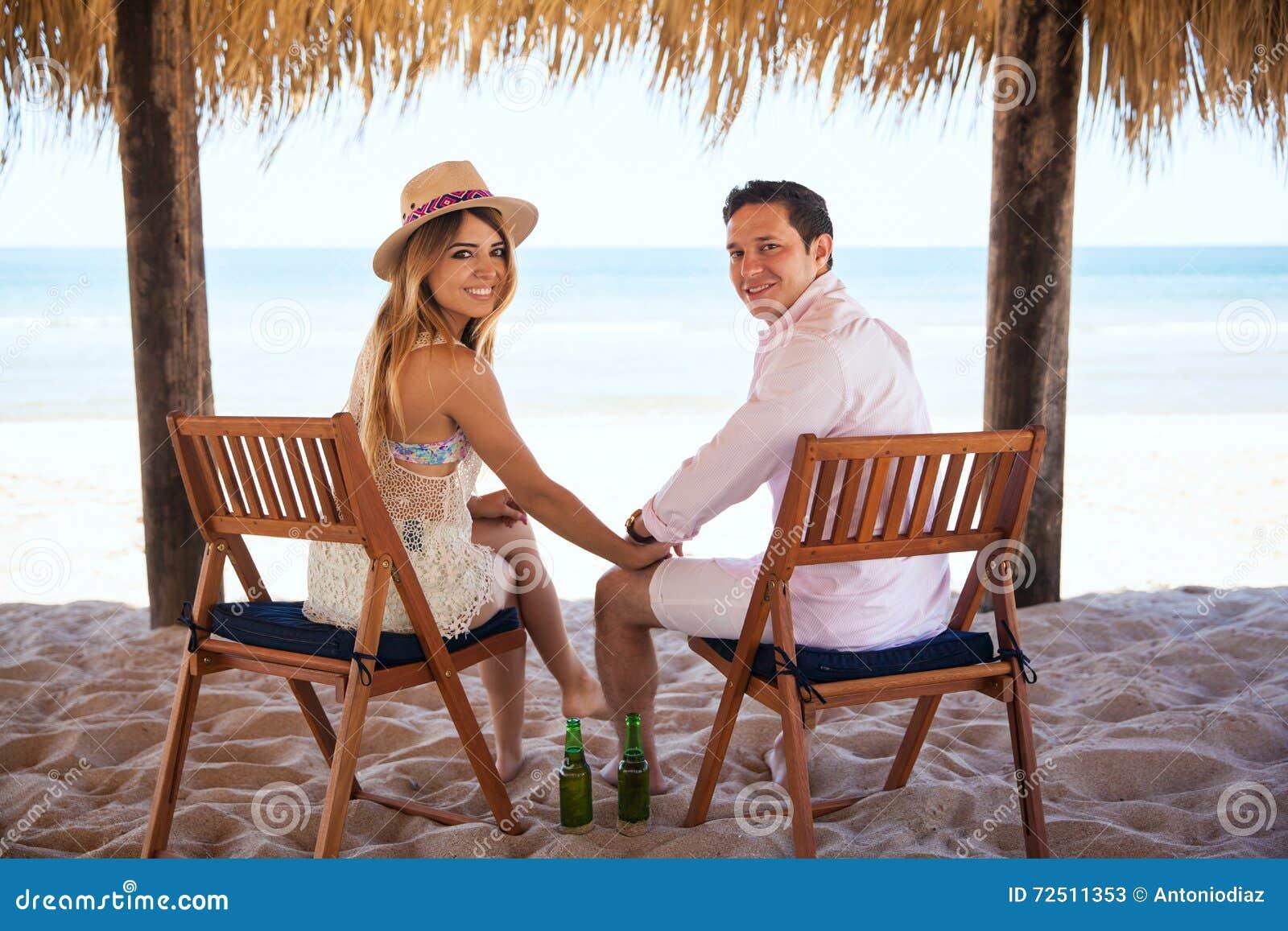 Coppie delle persone appena sposate che godono della loro luna di miele