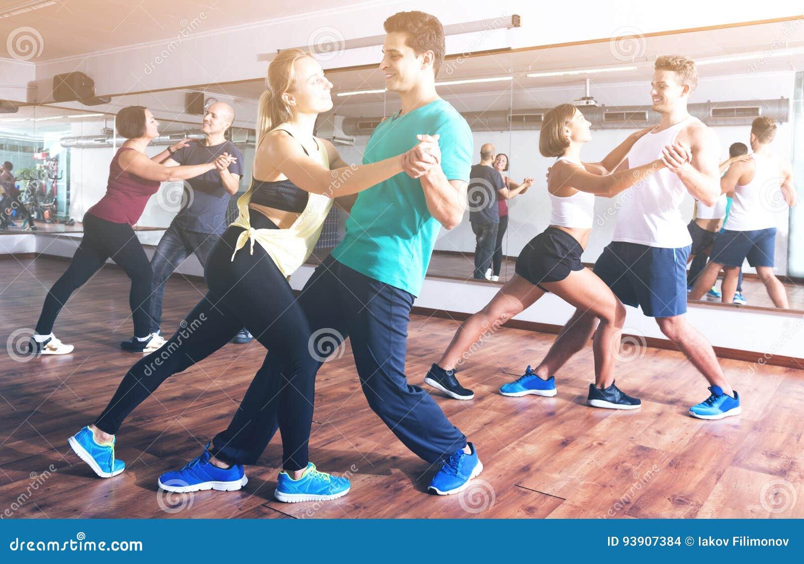 Coppie di dancing che imparano salsa