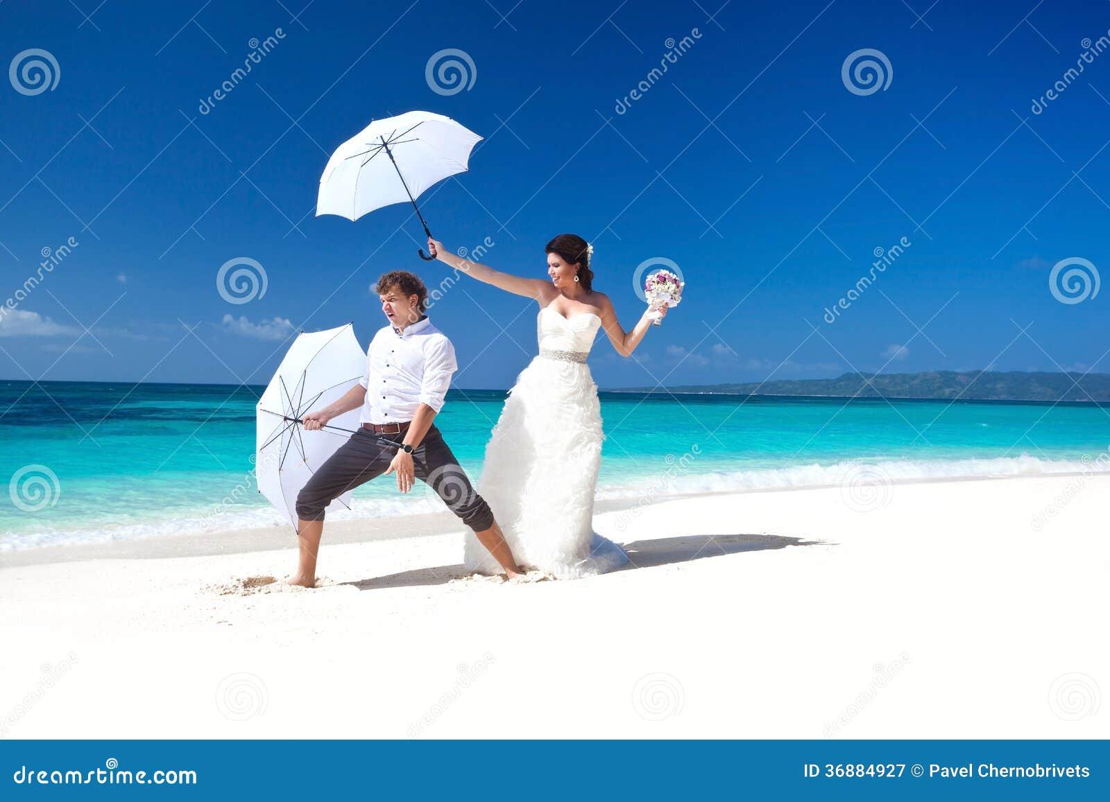Download Coppie Di Nozze Sul Divertiresi Della Spiaggia Immagine Stock - Immagine di coppie, honeymoon: 36884927