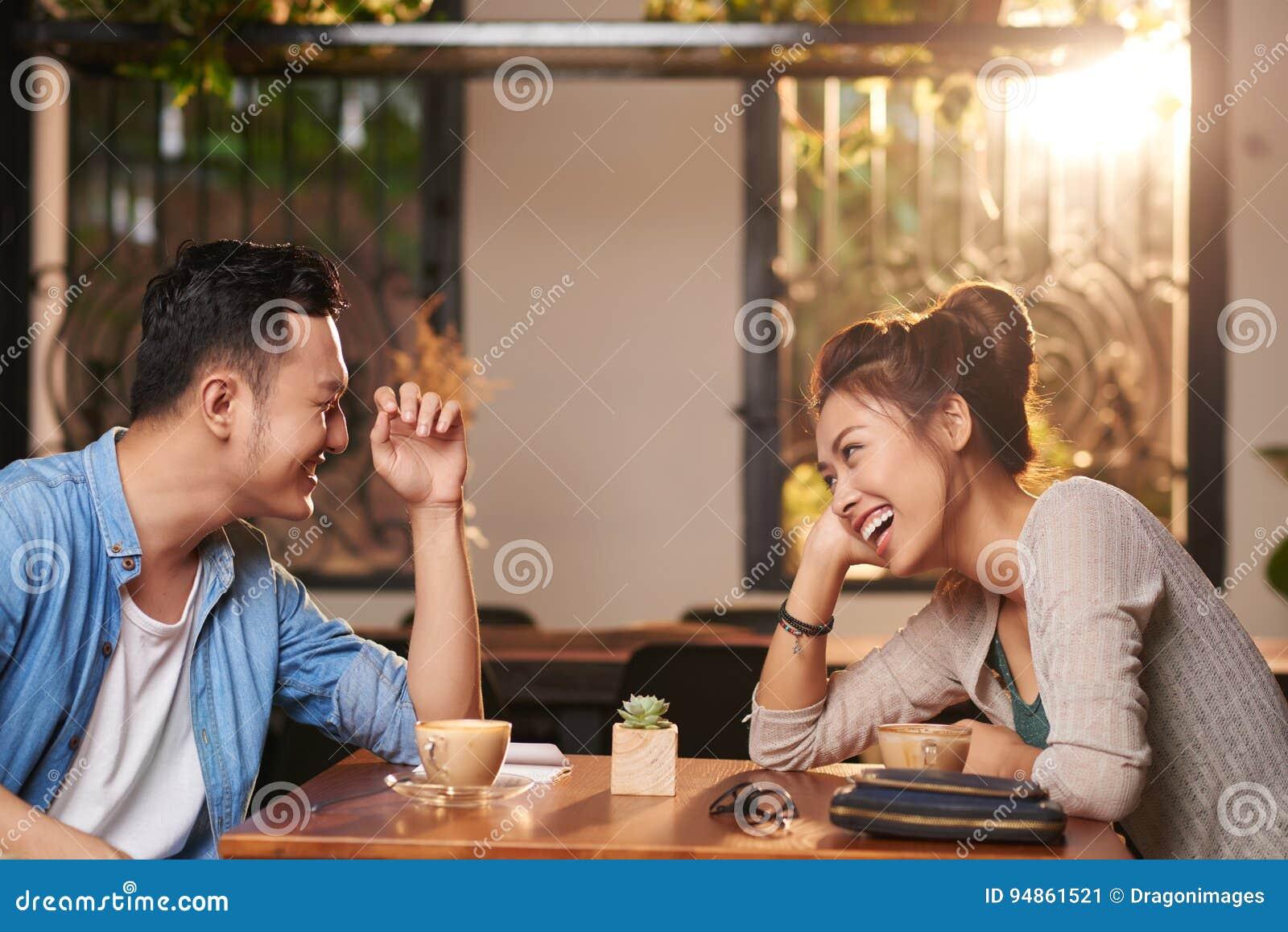 Coppie di risata alla data in caffè