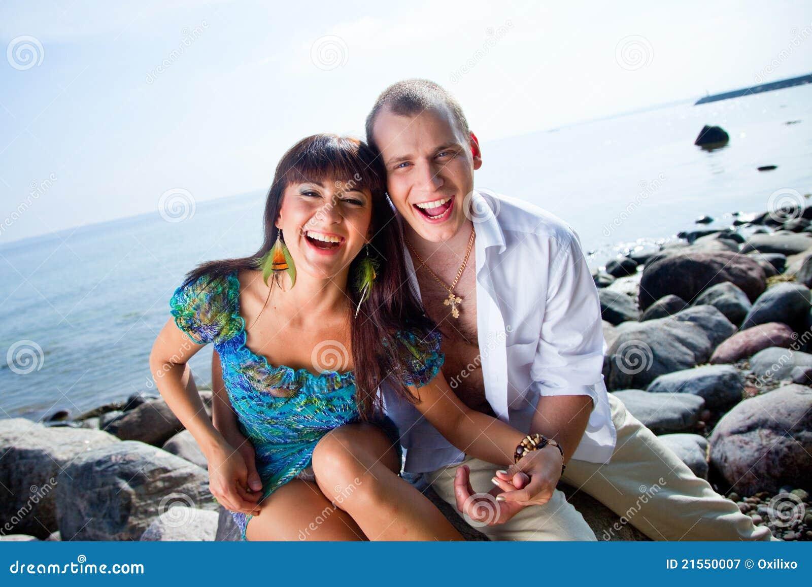 Coppie di risata vicino del mare blu