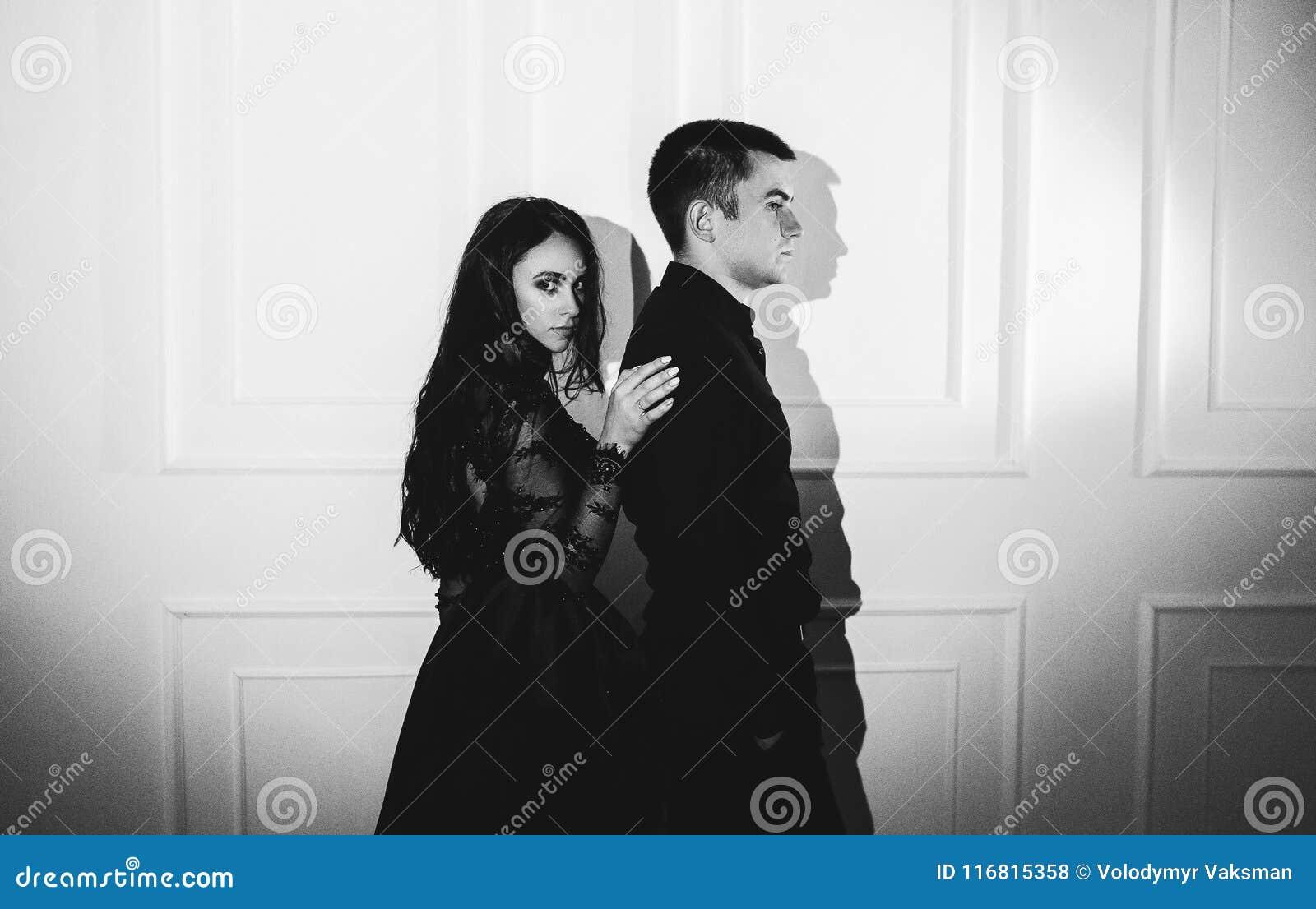 Coppie eleganti che passano in vestiti classici Chiuda su, tagli il tiro
