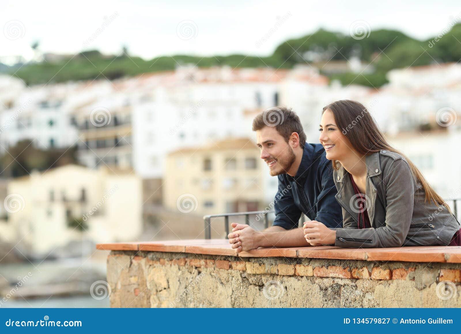 Coppie felici che contemplano le viste sulla vacanza