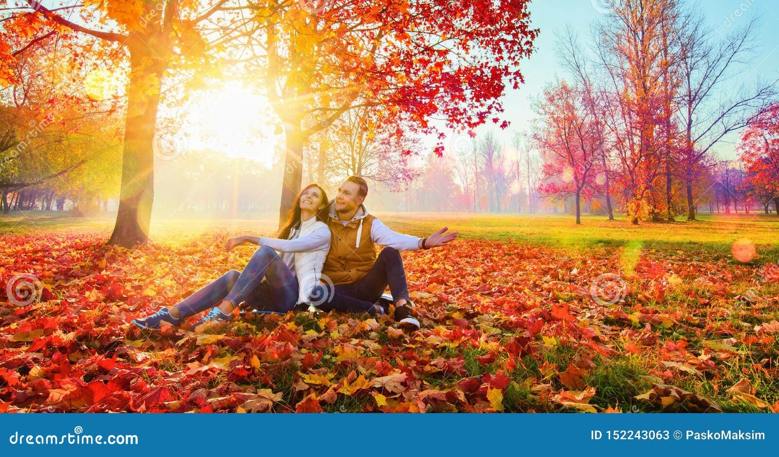 Coppie felici che godono della stagione di caduta