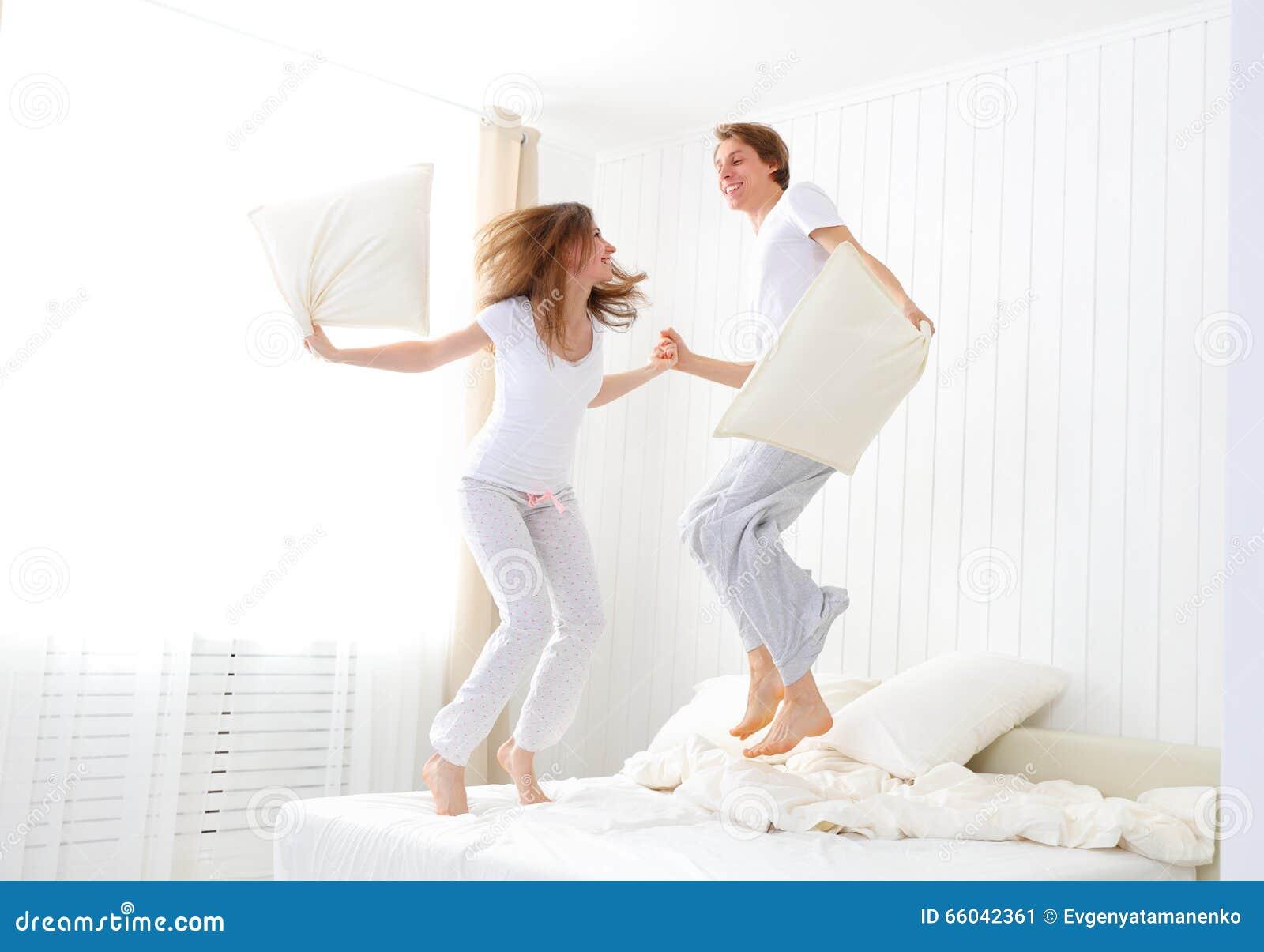 Coppie felici che saltano e che si divertono a letto - Letto che si chiude ...