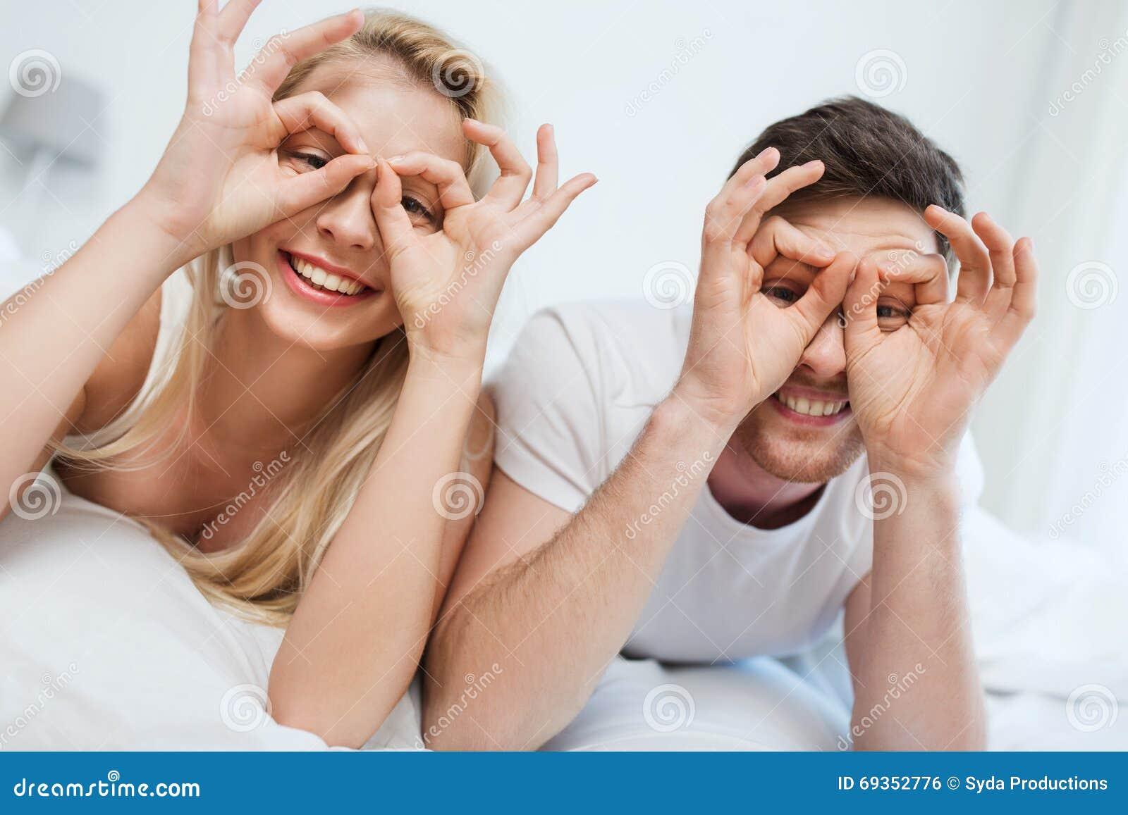Coppie felici che si trovano a letto a casa fotografia stock immagine di divertimento facce - Letto che si chiude ...
