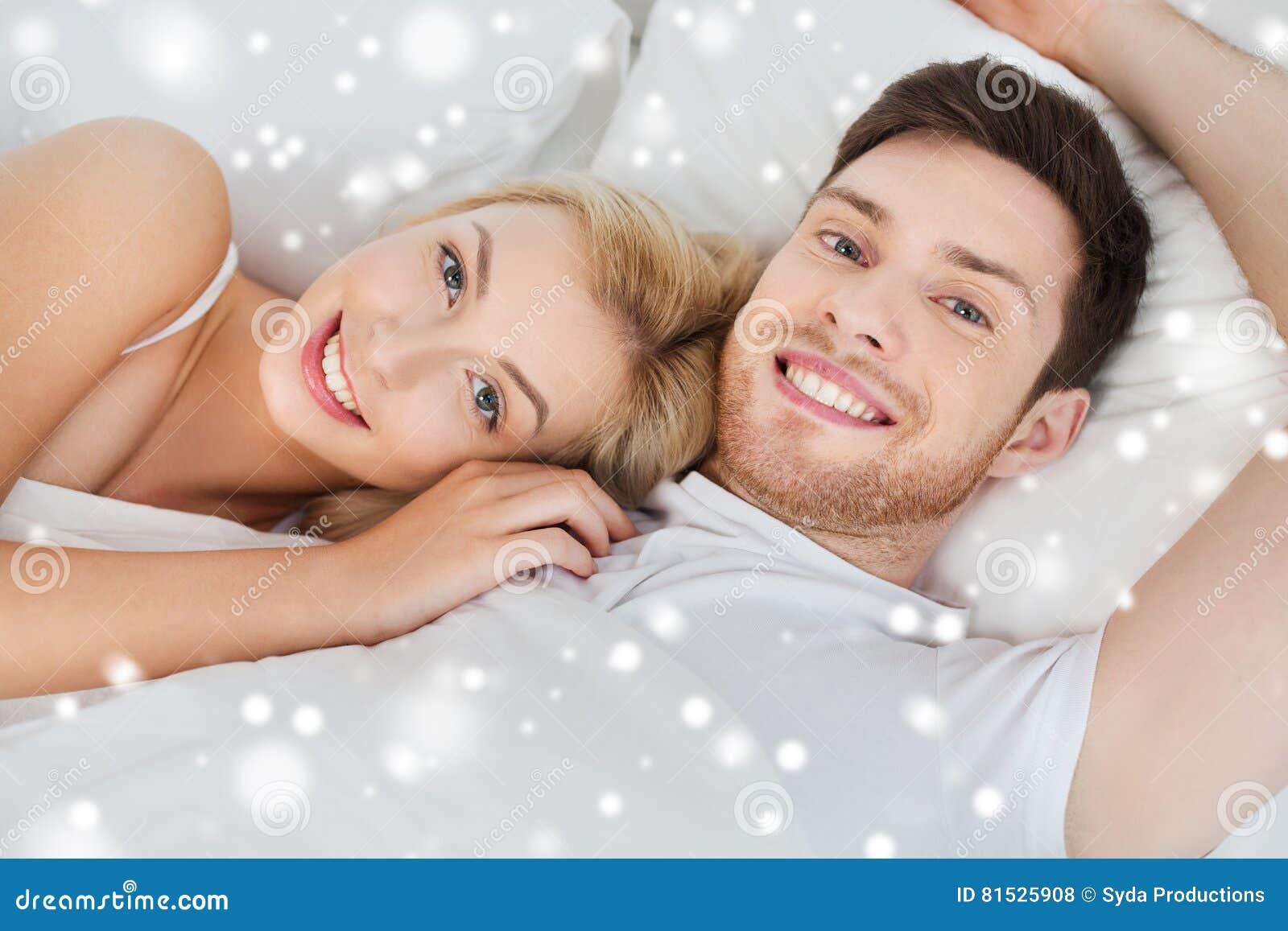 Coppie felici che si trovano a letto a casa fotografia - Letto che si chiude ...