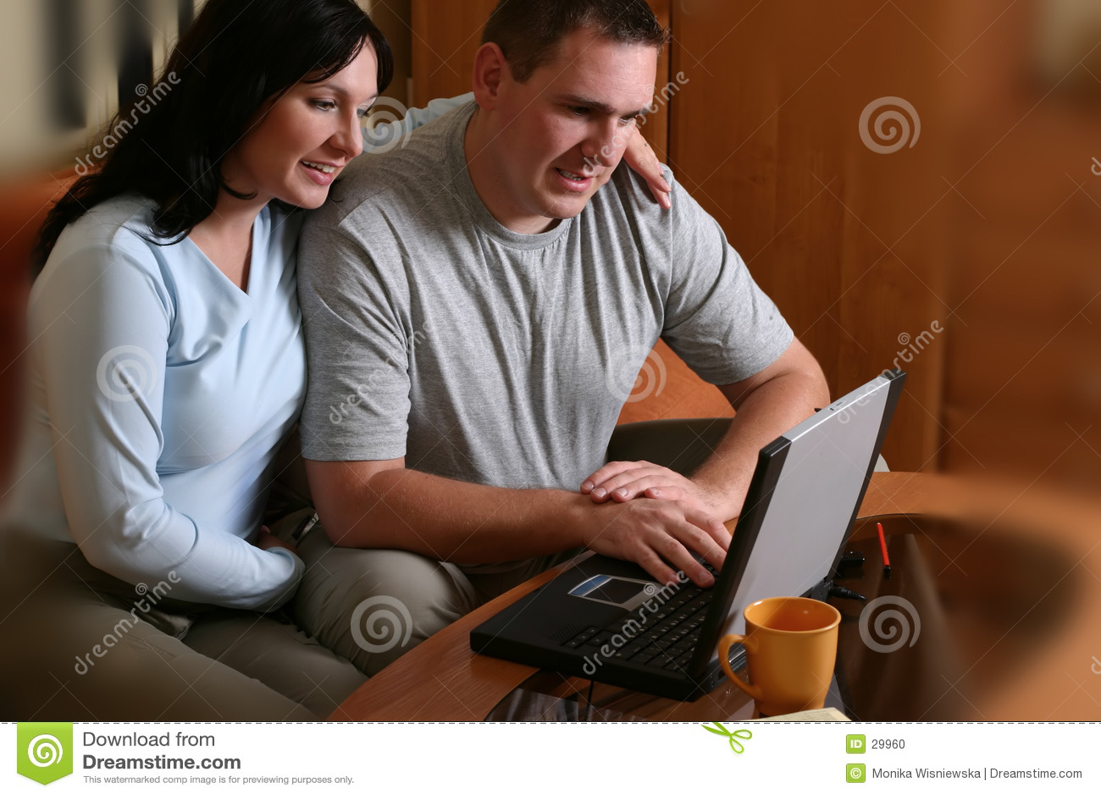 Coppie felici con il computer portatile 2