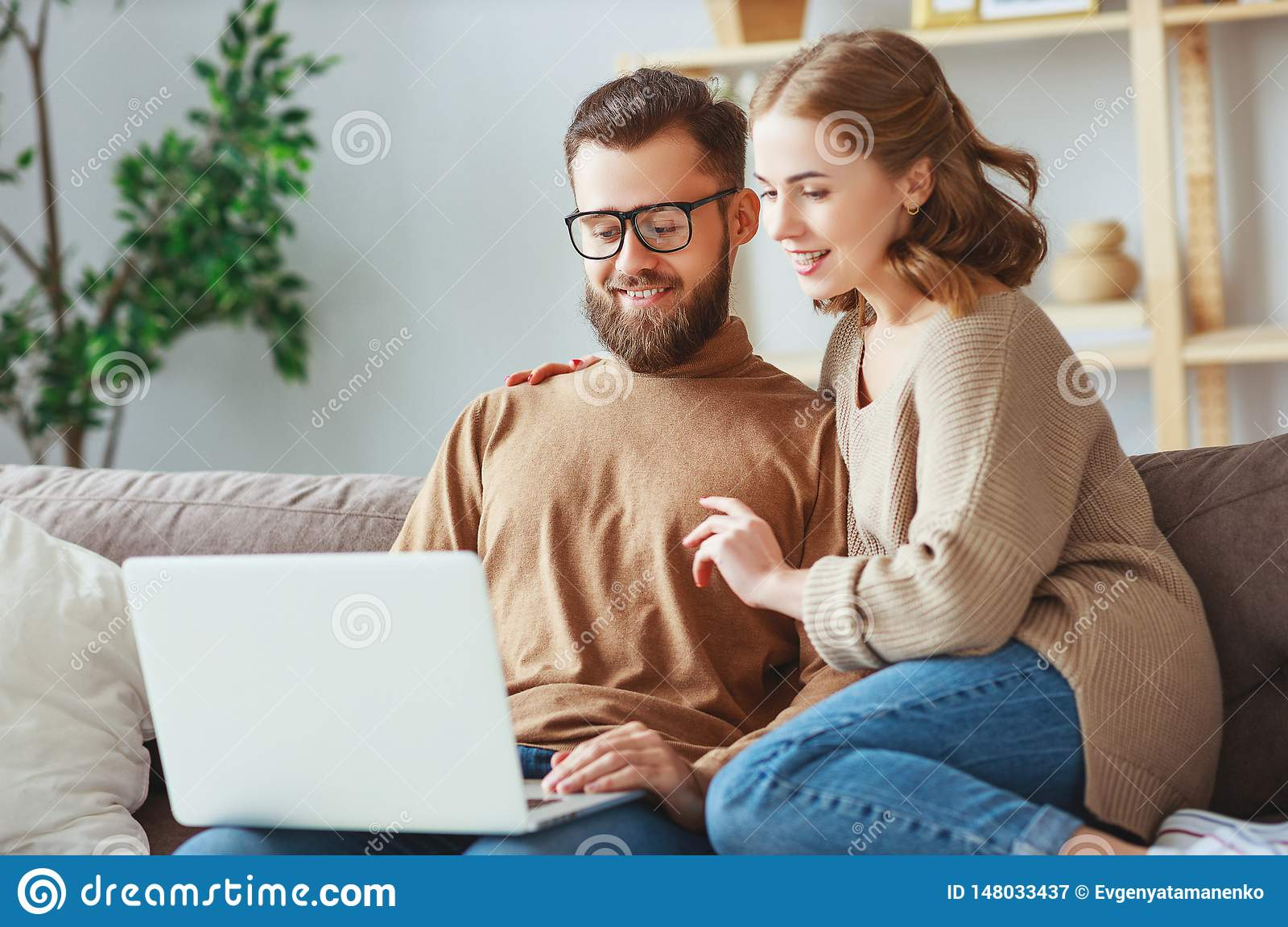 Coppie felici con il computer portatile nel paese