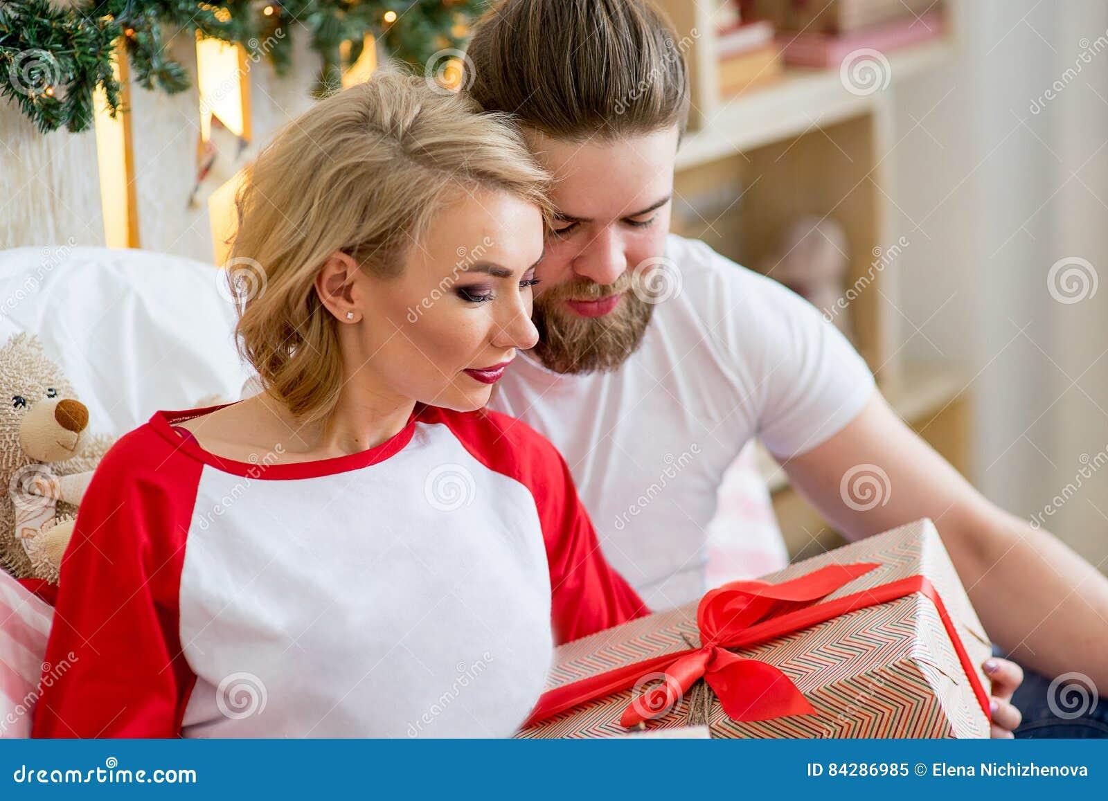 Coppie felici degli amanti che si siedono sul letto fotografia stock immagine 84286985 - Letto che si chiude ...
