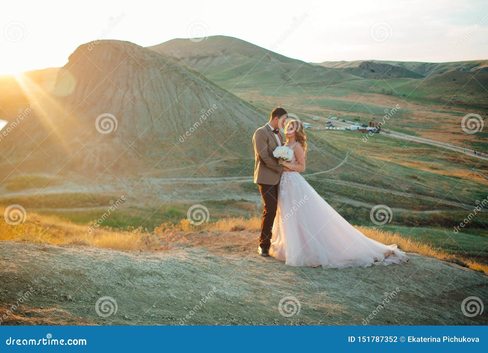 Coppie felici del newlywed Bei sposa e sposo in un vestito