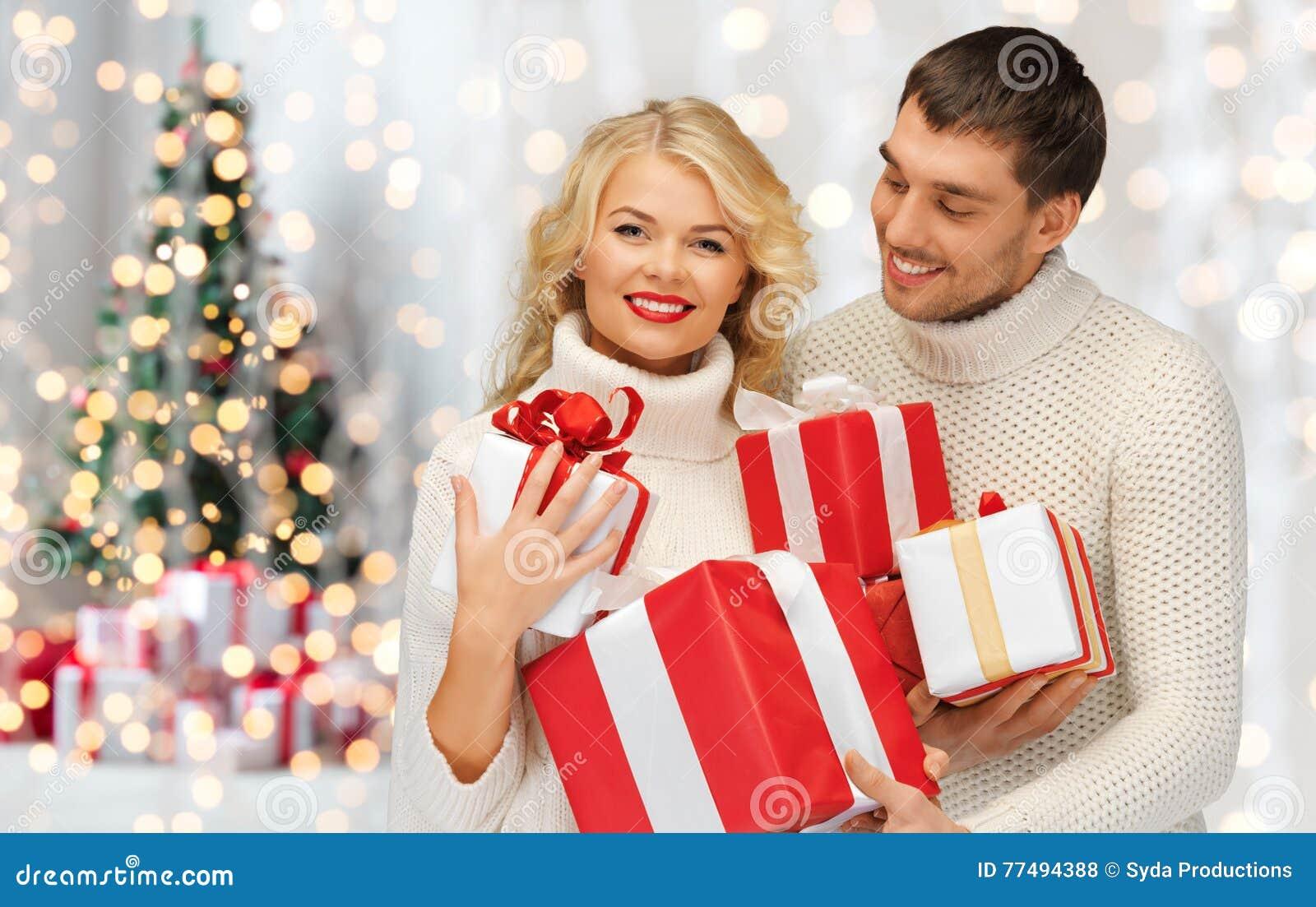 Regali Di Natale Per Coppia.Coppie Felici In Maglioni Che Tengono I Regali Di Natale Fotografia