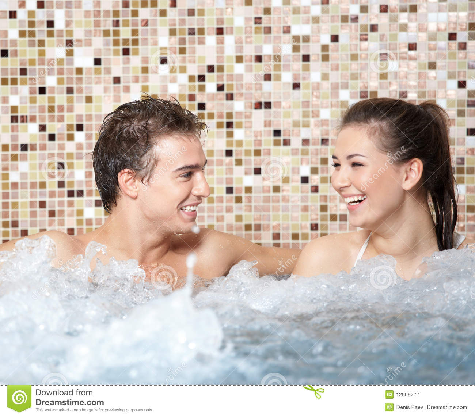 coppie felici in una jacuzzi immagine stock immagine