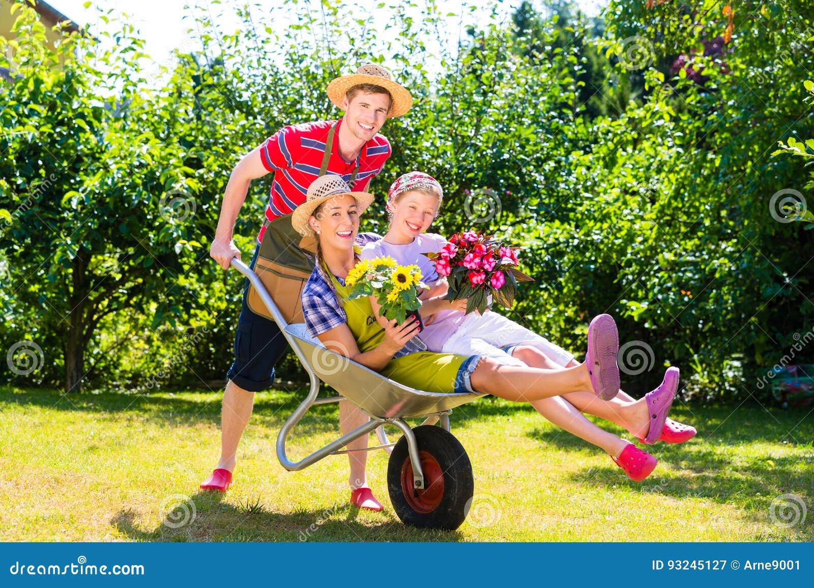 Coppie in giardino con l 39 annaffiatoio e la carriola - Annaffiatoio da giardino ...