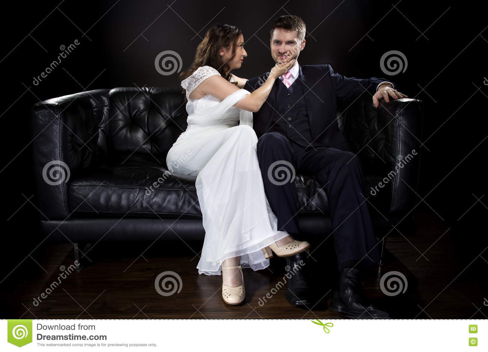 Coppie impegnate che modellano Art Deco Style Wedding Suit e vestito