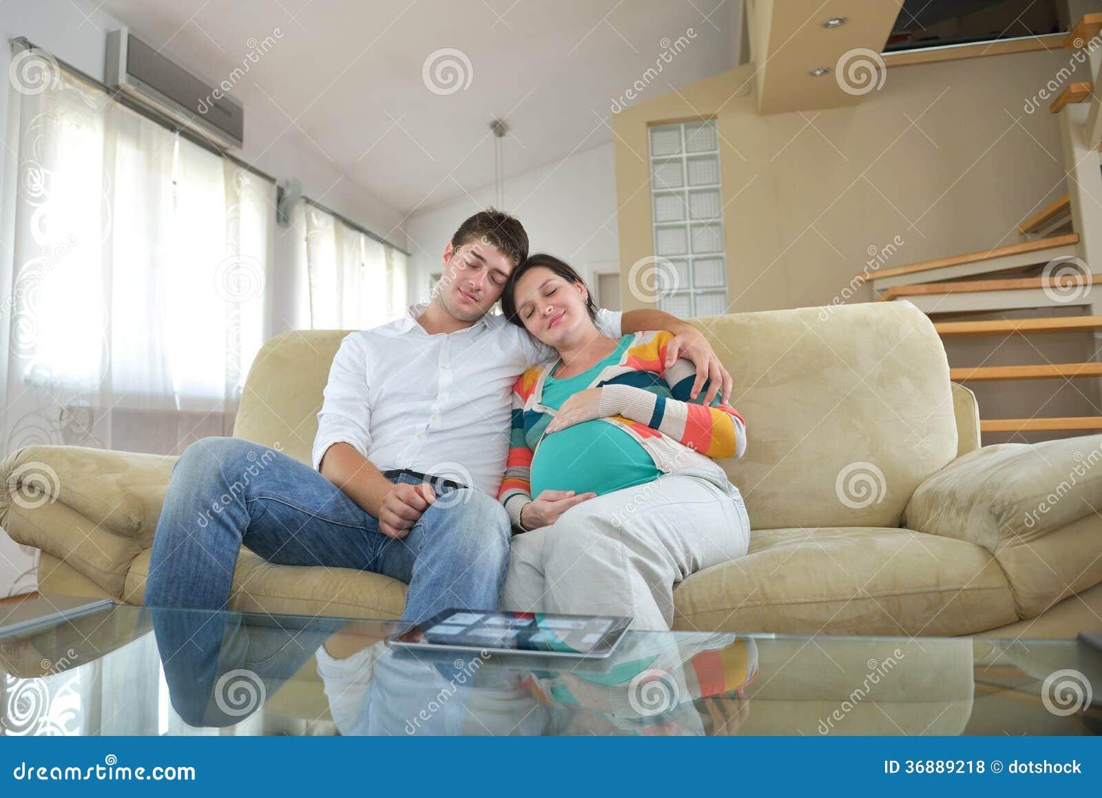 Download Coppie Incinte A Casa Facendo Uso Del Computer Della Compressa Fotografia Stock - Immagine di padre, maternità: 36889218