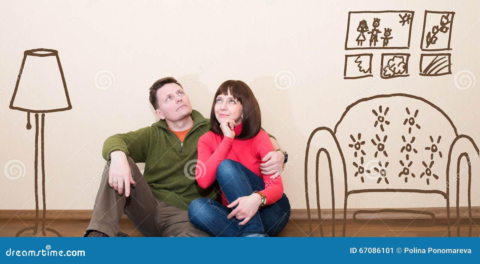 Coppie invecchiate mezzo nel nuovo piano Abbraccio uomo e della donna a n