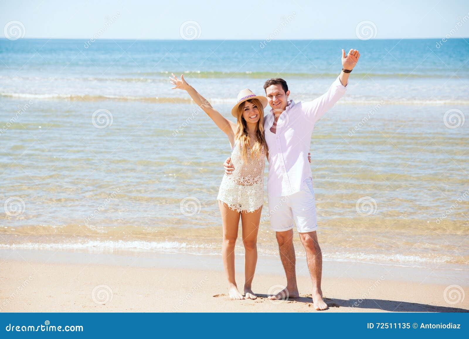 Coppie ispane nella loro luna di miele alla spiaggia