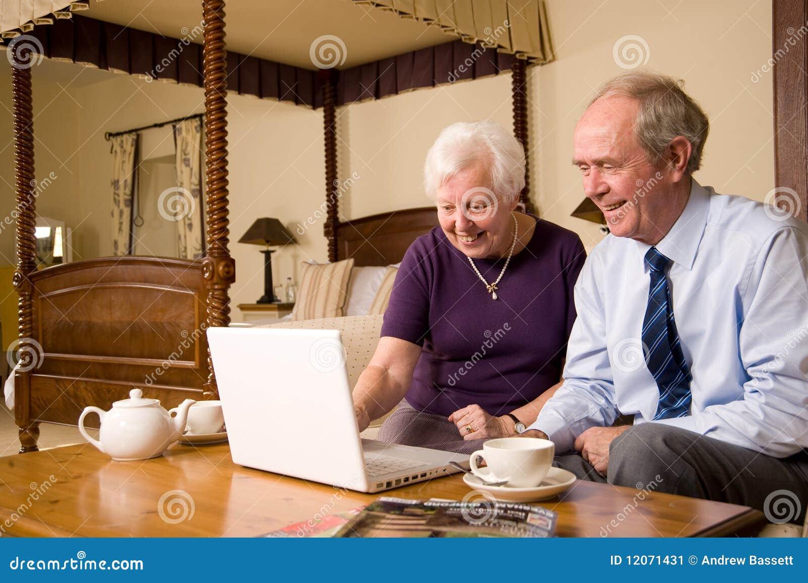 Coppie maggiori con il computer portatile nella camera da - Letto portatile ...