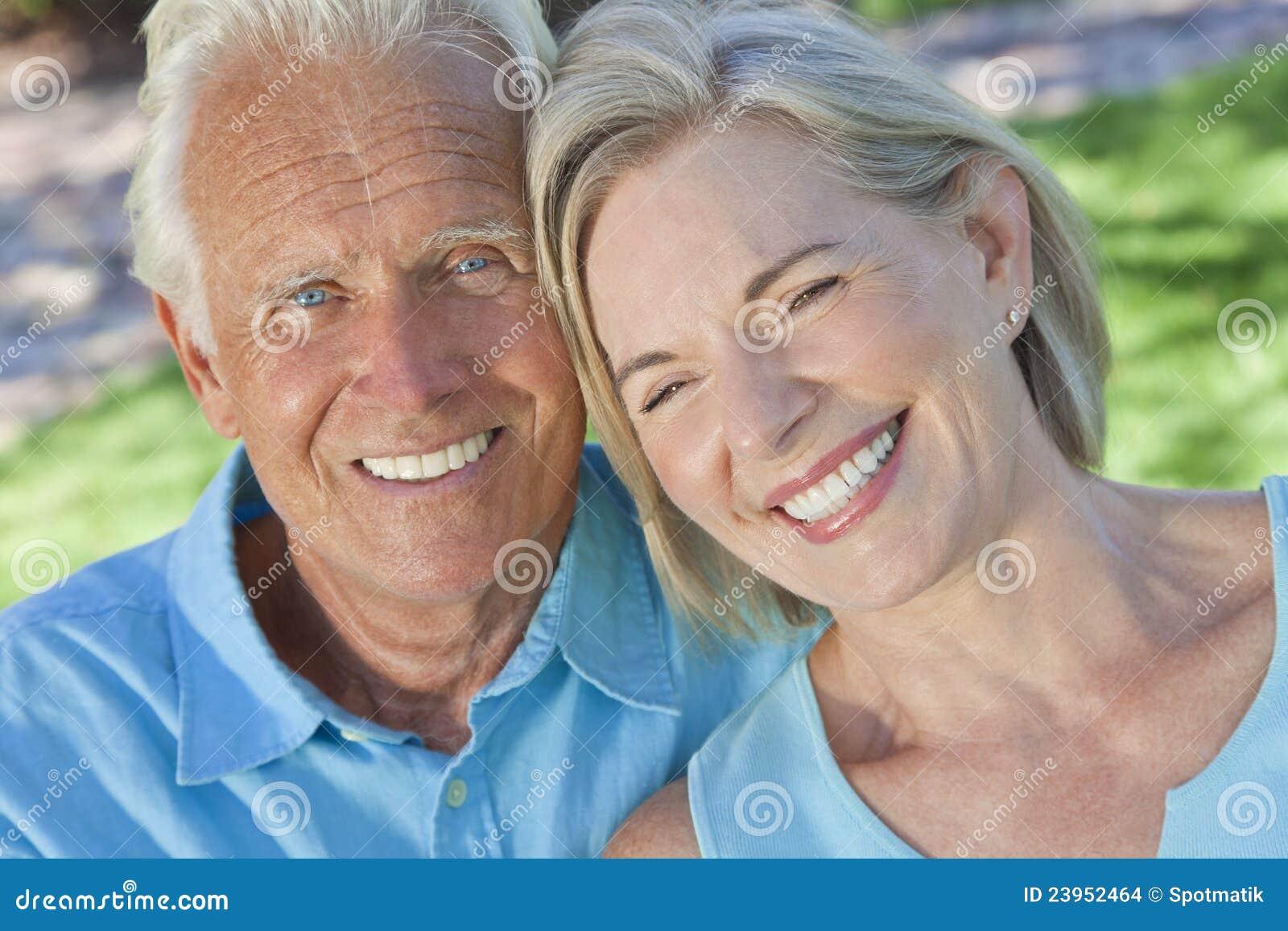 Coppie maggiori felici che sorridono all esterno in sole