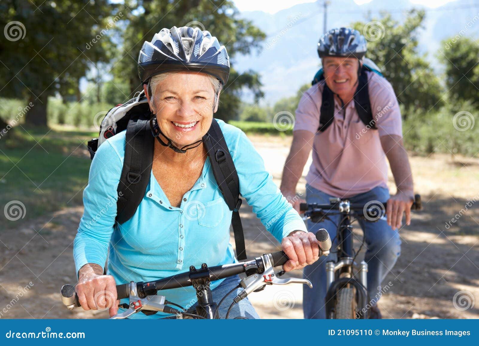 Coppie maggiori sul giro della bici del paese