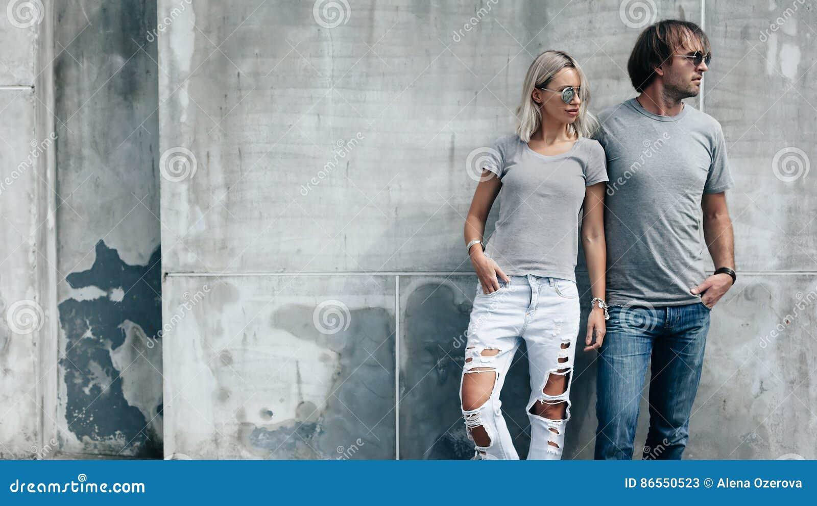 Coppie in maglietta grigia sopra la parete della via